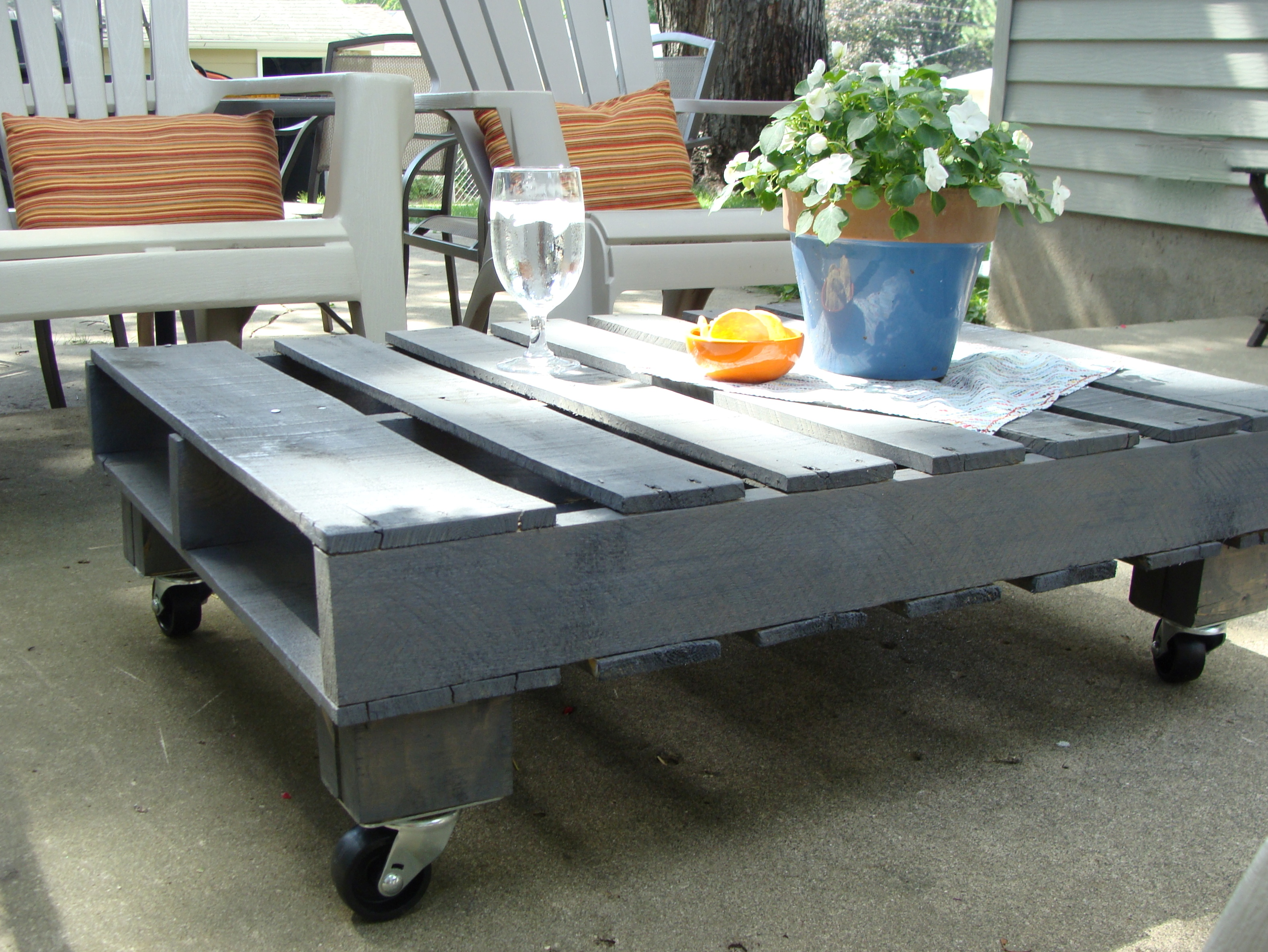 Outdoor Pallet Coffee Table Image And Description