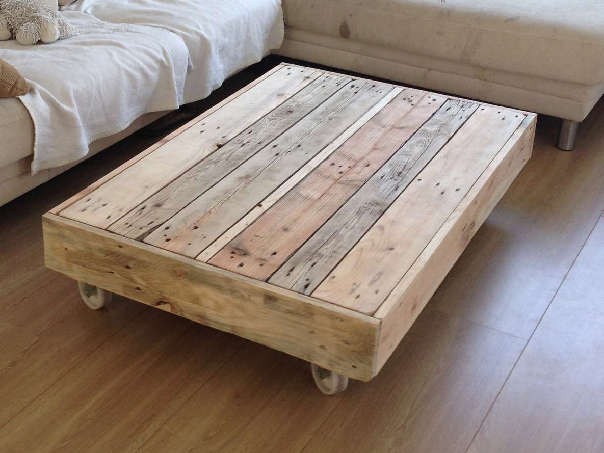 Rustic coffee table on wheels coffee tables - Fabriquer une table basse en palette ...